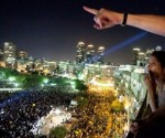 Mare di gente: Israeliani osservano la manifestazione di protesta di massa che il 3 settembre 2011 ha visto la partecipazione di 450.000 persone. Mettendo questo dato in relazione alla popolazione di Israele, questa presenza corrisponde ad un equivalente di 18 milioni di Statunitensi. (Foto gentilmente concessa da : www.forward.com)