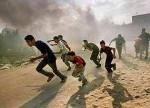 Palestinesi scappano dalle bombe israeliane