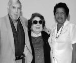 Reina Luisa Tamayo (a destra) vicino al terrorista Luis Posada Carriles, a Miami. Tra i due, una signora sconosciuta.