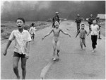"""La famosa fotografia di Nick Ut che trasformò Kim Phuc nella """"bambina del napalm"""" (AP)"""