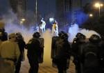 La polizia reprime i simpatizzanti di Lugo che si manifestavano nella periferia del Congresso. Foto: AFP