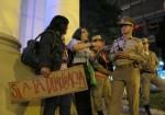 """L'attivista dei diritti umani, Line Bareiro, spiegando ai poliziotti il diritto della cittadinanza alla libera manifestazione. Foto: Pagina di """"HK Justiciera"""" in Facebook."""