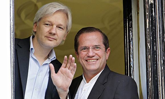 Ricardo Patiño (dx) e Julian Assange (sx)