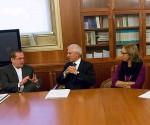 Ricardo Patiño (secondo da sinistra) e Mario Zevola (terzo da sinistra) presidente del tribunale dei minorenni di Milano