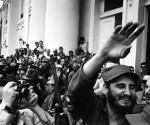Fidel-a-la-entrada-del-Ayuntamiento-de-Cienfuegos-300x250