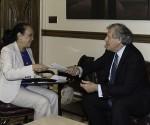 Carmen Luisa Velásquez, ambasciatrice interina del Venezuela presso l'OSA, consegna a Luis Almagro la lettera di ritiro del Venezuela presso l'OSA. Washington D.C.. Foto: Juan Manuel Herrera/OSA
