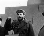 Fidel pronuncia il discorso nella tribuna del Mausoleo Lenin nella Piazza Rossa di Mosca in un atto di massa. L'accompagnano il Presidente dell'URSS, Nikita Jrushchov ed il Segretario Generale del PCUS Leonid Brezhnev, il 28 aprile 1963. Autore: Agenzia di notizie TASS / sito Fidel Soldato delle Idee.