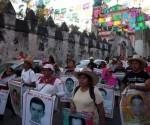 Familiares-de-estudiantes-de-ayotzinapa-1-580x387