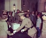 Fidel nell'atto di consegna delle ceneri di Julio Antonio Mella, nell'Aula Magna dell'Università de L'Avana, il 22 agosto 1975