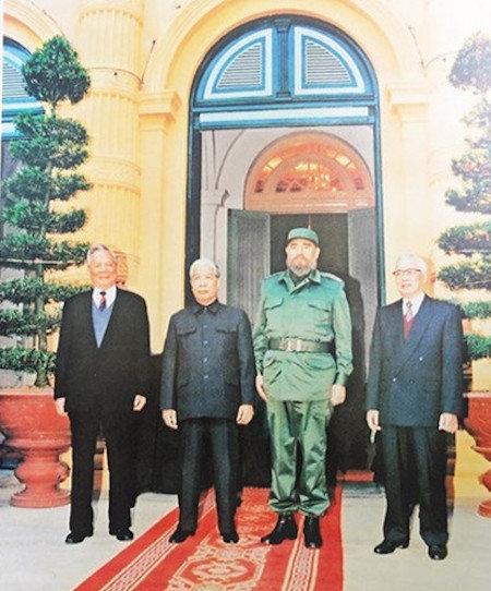 In dicembre del 1995, il leader cubano ha iniziato la sua seconda visita in Vietnam. Ha fatto una foto ricordo con l'allora segretario generale del PCV, Do Muoi, il presidente Le Duc Anh ed il primo ministro Vo Van Ket