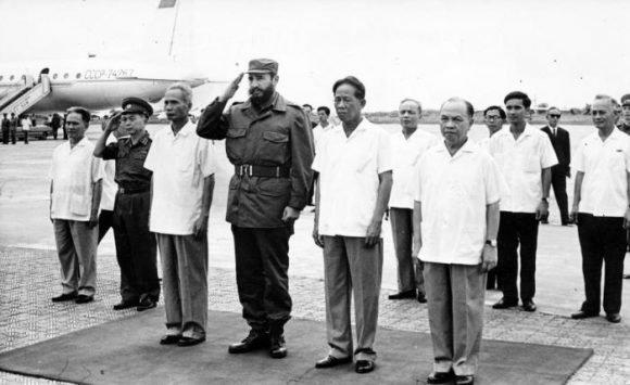 Arrivo di Fidel all'aeroporto di Gia Lam. Fu ricevuto da Le Duc Anh, Pham Van Dong ed altri dirigenti. Foto: Jorge Oller