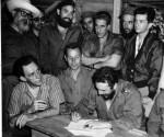 Il Comandante in Capo Fidel Castro firma la Legge di Riforma Agraria nel Comando de La Plata