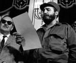 Fidel Castro legge i verbali della presa di possesso dell'incarico di primo ministro nel Palazzo Presidenziale. Foto: Giornale Trabajadores/Sito Fidel Soldato delle Idee