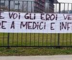 """Nell'entrata dell'ospedale di Bergamo, un cartello dice: siete voi i veri eroi. Onore ai medici ed infermieri!"""" Foto: Facebook / Clarin"""